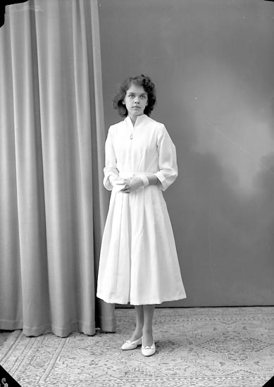 "Enligt fotografens journal nr 8 1951-1957: ""Olsson, Ingrid Gröteröd Stenungsund""."