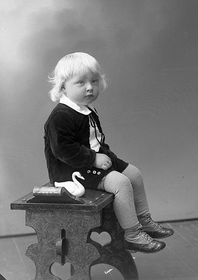 """Enligt fotografens journal nr 6 1930-1943: """"Eriksson, Olof Ragnar, Töreby Jörlanda""""."""