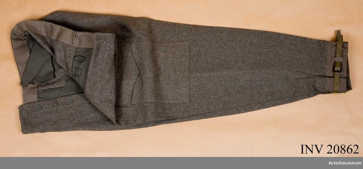 Grupp C I. Fältbyxor m/1958. Ur sammanställd uniform m/1958 för kapten vid pansartrupp.