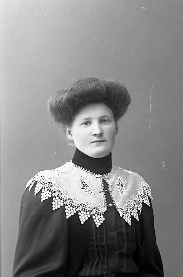 "Enligt fotografens journal nr 1 1904-1908: ""Alexandersson, Aurelia Lyckorna""."