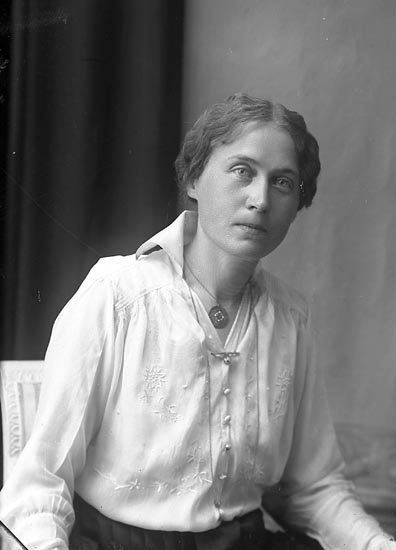 """Enligt fotografens journal Lyckorna 1909-1918: """"Fru Karin Petri Lillstugan Ljungskile""""."""