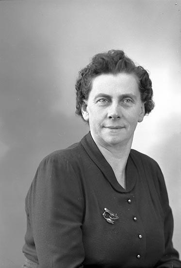"""Enligt fotografens journal nr 8 1951-1957: """"Johansson, Fr. Alma, Solgården, Här""""."""
