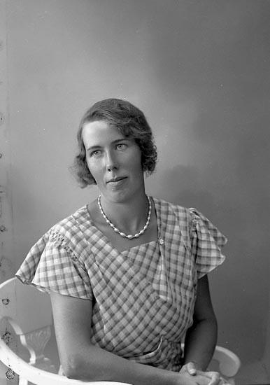 """Enligt fotografens journal nr 6 1930-1943: """"Johansson, Torborg Ringseröd, Varekil""""."""
