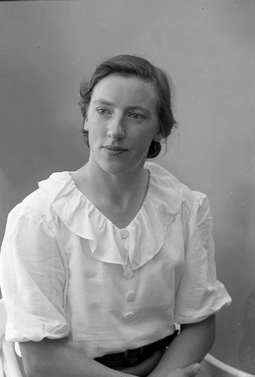 "Enligt fotografens journal nr 6 1930-1943: ""Andersson, Astrid Almesund Hjälteby""."