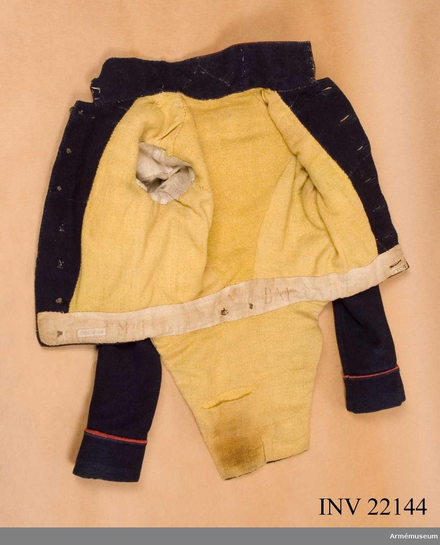 Grupp C I. Av blått ylle med röda uppslag och krage med gula revärer. Gult yllefoder.