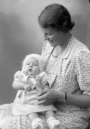 "Enligt fotografens journal nr 6 1930-1943: ""Törnqvist, Fru Greta Stenungsund""."