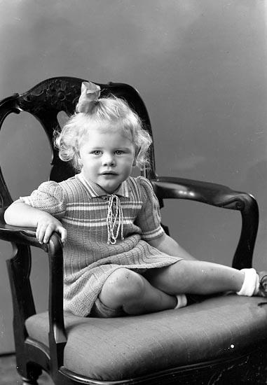 """Enligt fotografens journal nr 6 1930-1943: """"Törnfeldt, Marianne Stenungsund""""."""