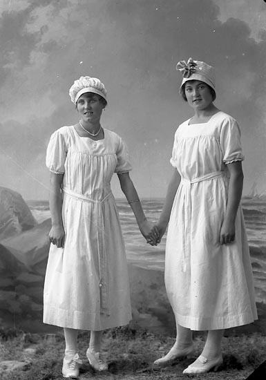 "Enligt fotografens journal nr 4 1918-1922: ""Johansson, Annie Strandnorum Här""."