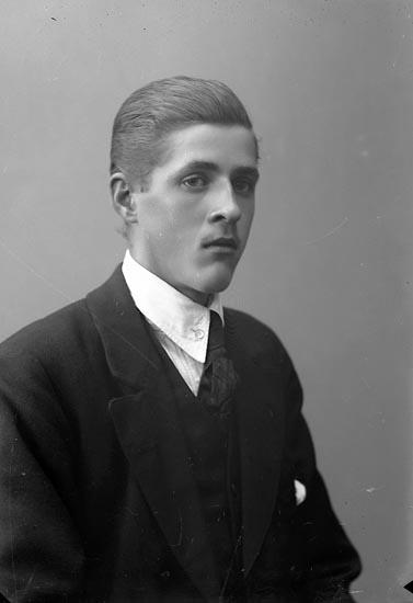"""Enligt fotografens journal nr 4 1918-1922: """"Karlsson, Axel Hjälteby""""."""