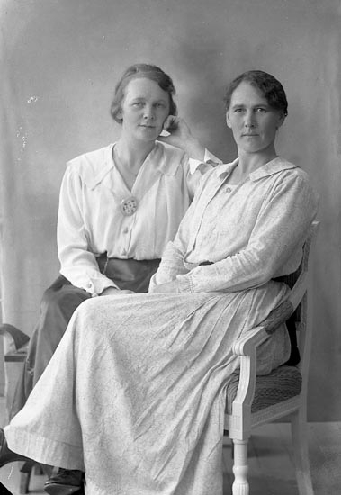 "Enligt fotografens journal nr 4 1918-1922: ""Bodén, Fru Hilma Grafvarna""."