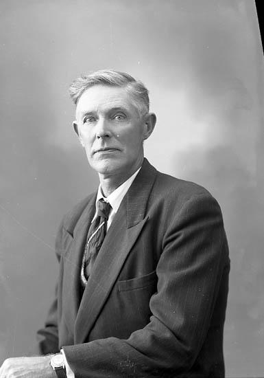 """Enligt fotografens journal nr 8 1951-1957: """"Johansson, Ivar Varekil""""."""