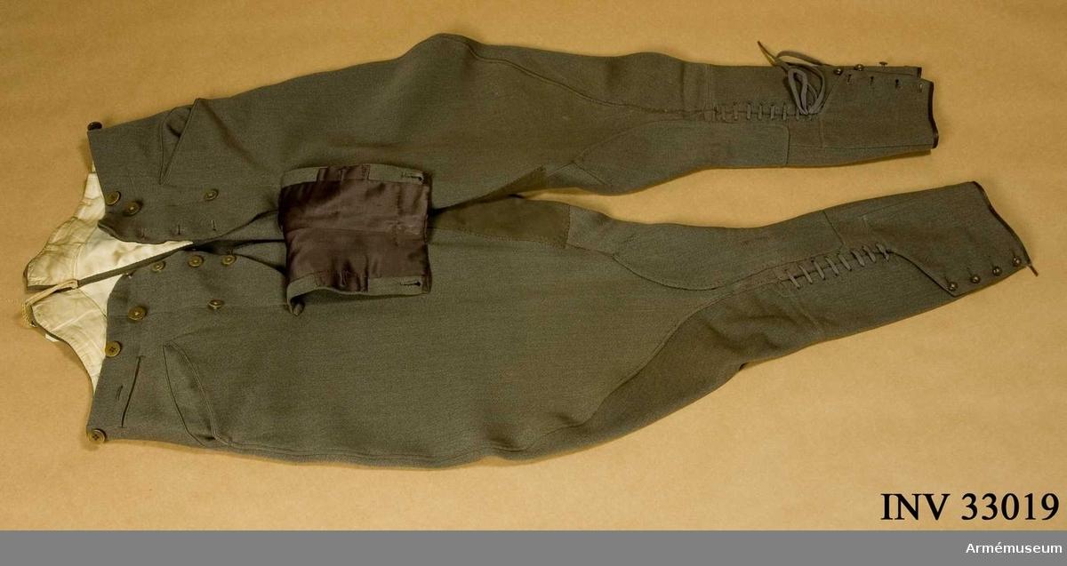 Grupp C I. Ur uniform m/1952, för överste Livgardesskvadronen. Består av vapenrock, ridbyxor, långbyxor, tygskärp, skärmmössa, skärp, livrem, ridbyxor, stövlar.