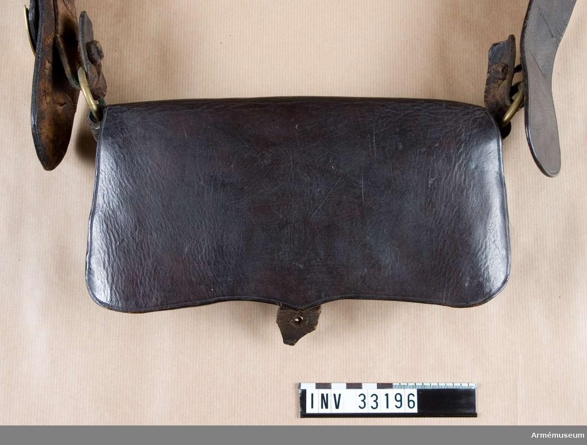Grupp C. Ur uniform för manskap vid Jämtlands hästjägarkår; 1831-45. Består av jacka, epåletter, skärp, halsduk, tschakå m tillbehör, mössa, byxor, kartusch m rem, sabelkoppel, handrem, stövlar, sporrar. Kartusch enligt go 22/1 1836, Jämtlands hästjägare. Modellapp 7/8 1838.