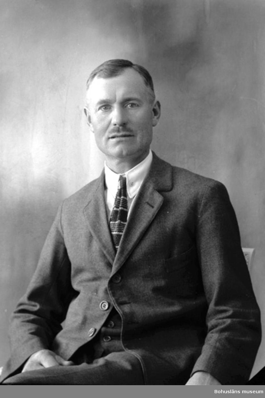 """Enligt fotografens journal nr 5 1923-1929: """"Josefsson, Herr Alb. Här""""."""