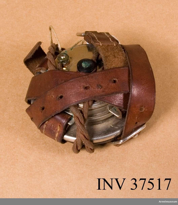 Samhörande nr 37516-9, telefon, hörtelefon, mejsel, väska. Grupp H I. DEP  1972 är apparaten hos Karlsborgs fästningsmuseum.
