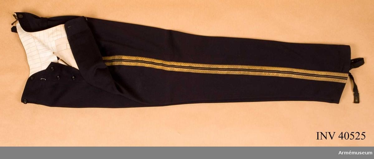 Grupp C. Ur uniform för överste vid Norrlands artilleriregemente. Består av attila, ridbyxor, långbyxor, käppi, mössa, kartusch med rem, sabelkoppel. Burna av överste m.m. A.E. Rudling, död 1923.