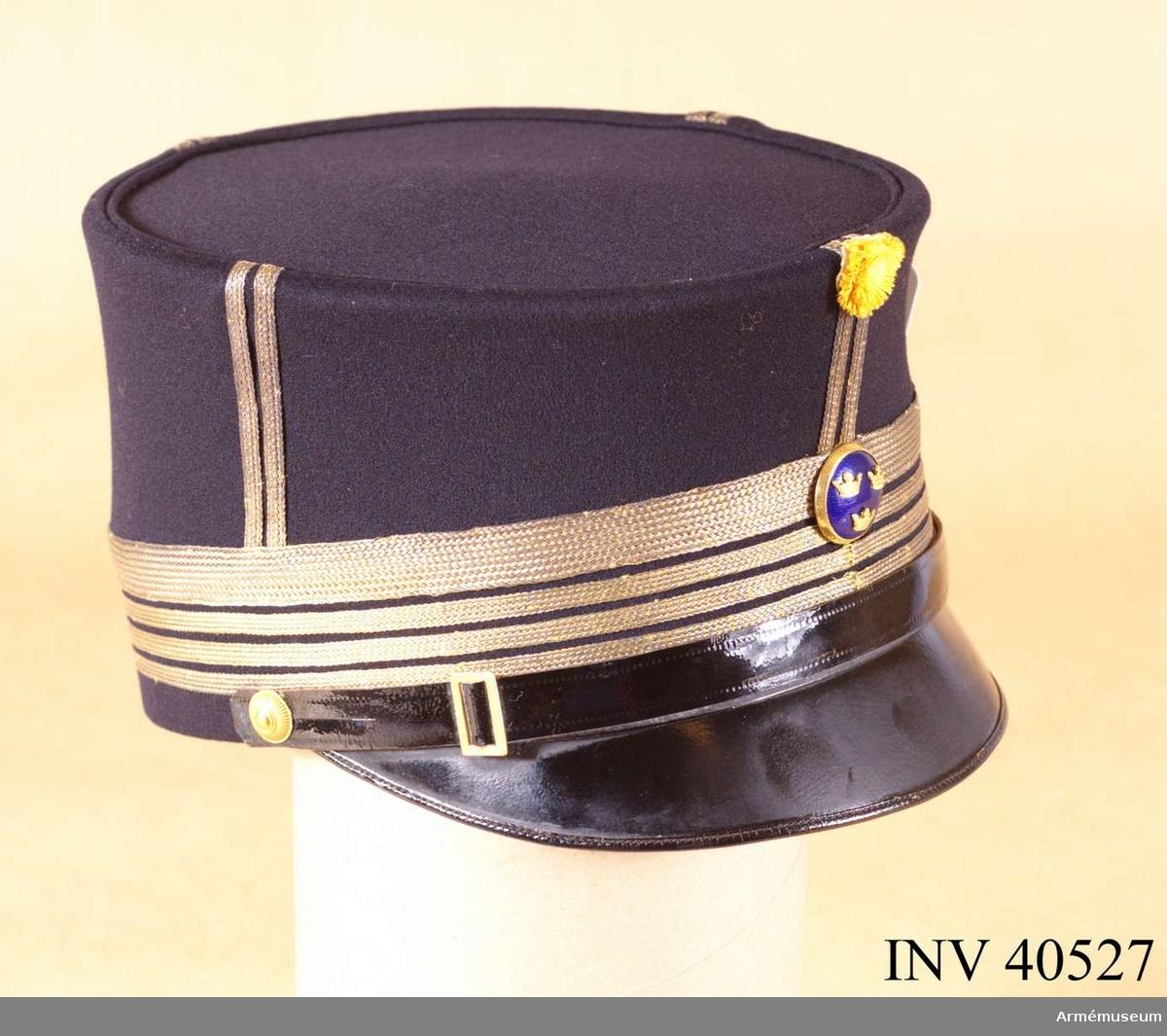 Grupp C. Ur uniform för överste vid Norrlands artilleriregemente. Består av attila, ridbyxor, långbyxor, käppi, mössa, kartusch med rem, sabelkoppel. Buren av överste m.m. A.E. Rudling, död 1923.