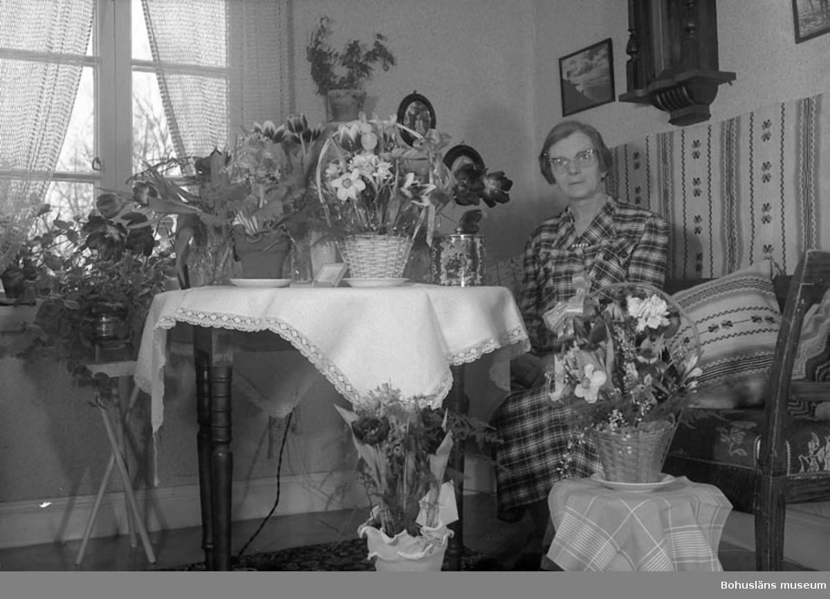 "Enligt fotografens journal nr 8 1951-1957: ""Holmberg, Fr. Elin Stenungsund""."