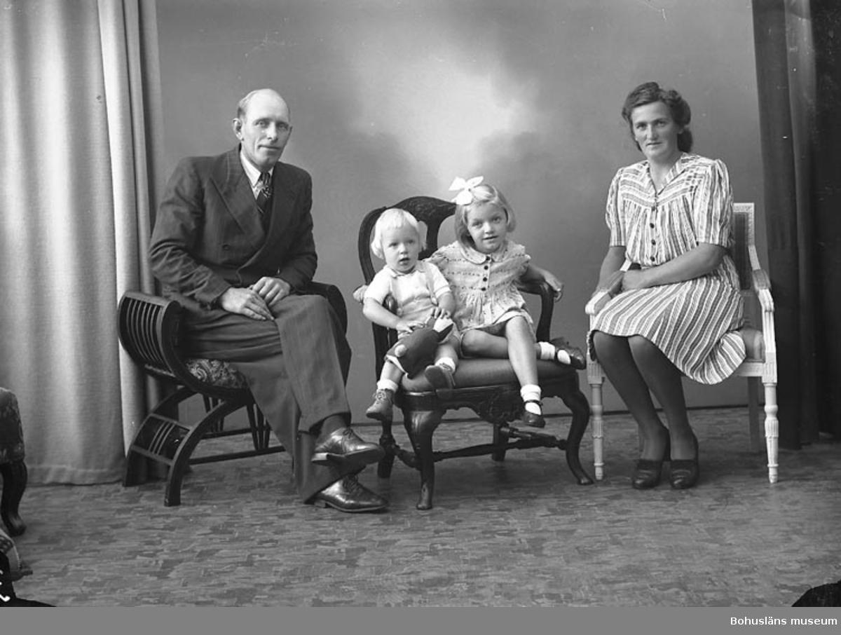 """Enligt fotografens journal nr 7 1944-1950: """"Josefsson, Herr John Groland, St. Höga""""."""