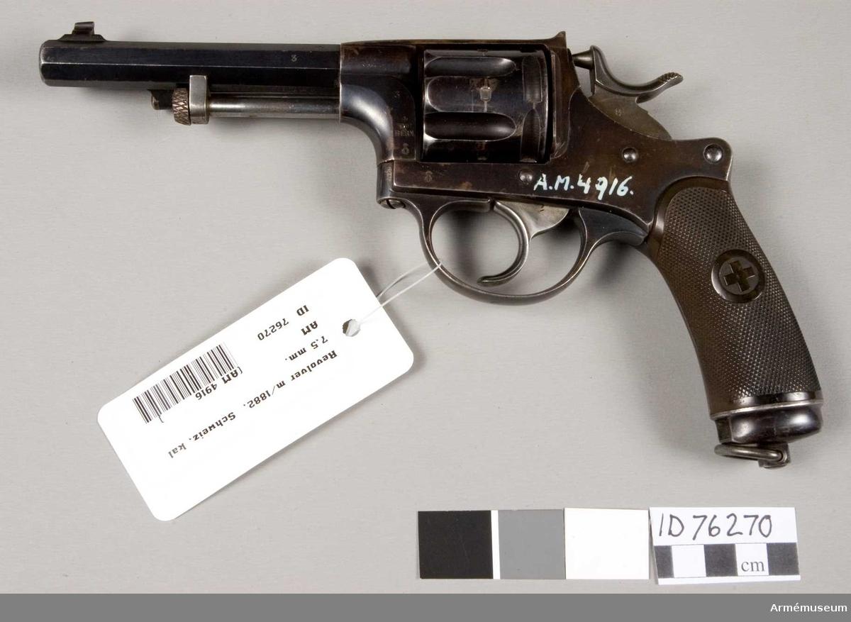 Grupp E III. Självspännande revolver m/1882 för oberidna officerare i schweiziska armén. Samhörande med fodral. På stommens vänstra sida WF: monogram och Bern, krönt av schweiziska korset samt siffran 3, vilket troligen är tillverkningsnummer och förekommer även på pipan. Enligt A.F. persedelanordning, nr 109, 23/6 1891.