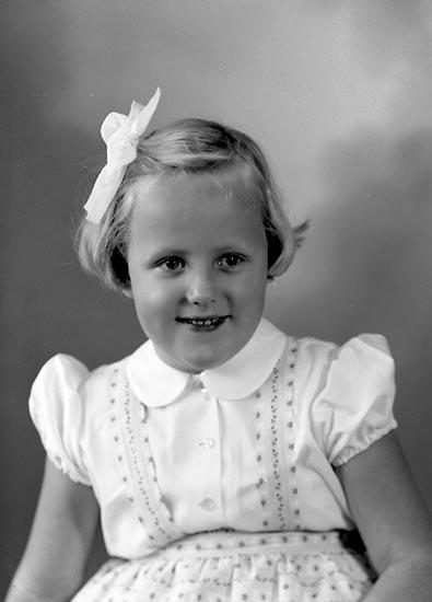 """Enligt fotografens journal nr 8 1951-1957: """"Olsson, Karin H S B Svanen, Stenungsund""""."""