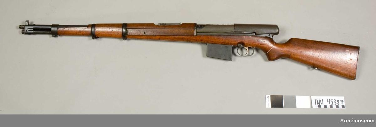 """Grupp E IV e. Halvautomatiskt gevär fm/1940.  System Wallberg I. Wallberg projekt nr 1 1940.  Gevärets ursprungliga nr """"155377"""". Defekt."""