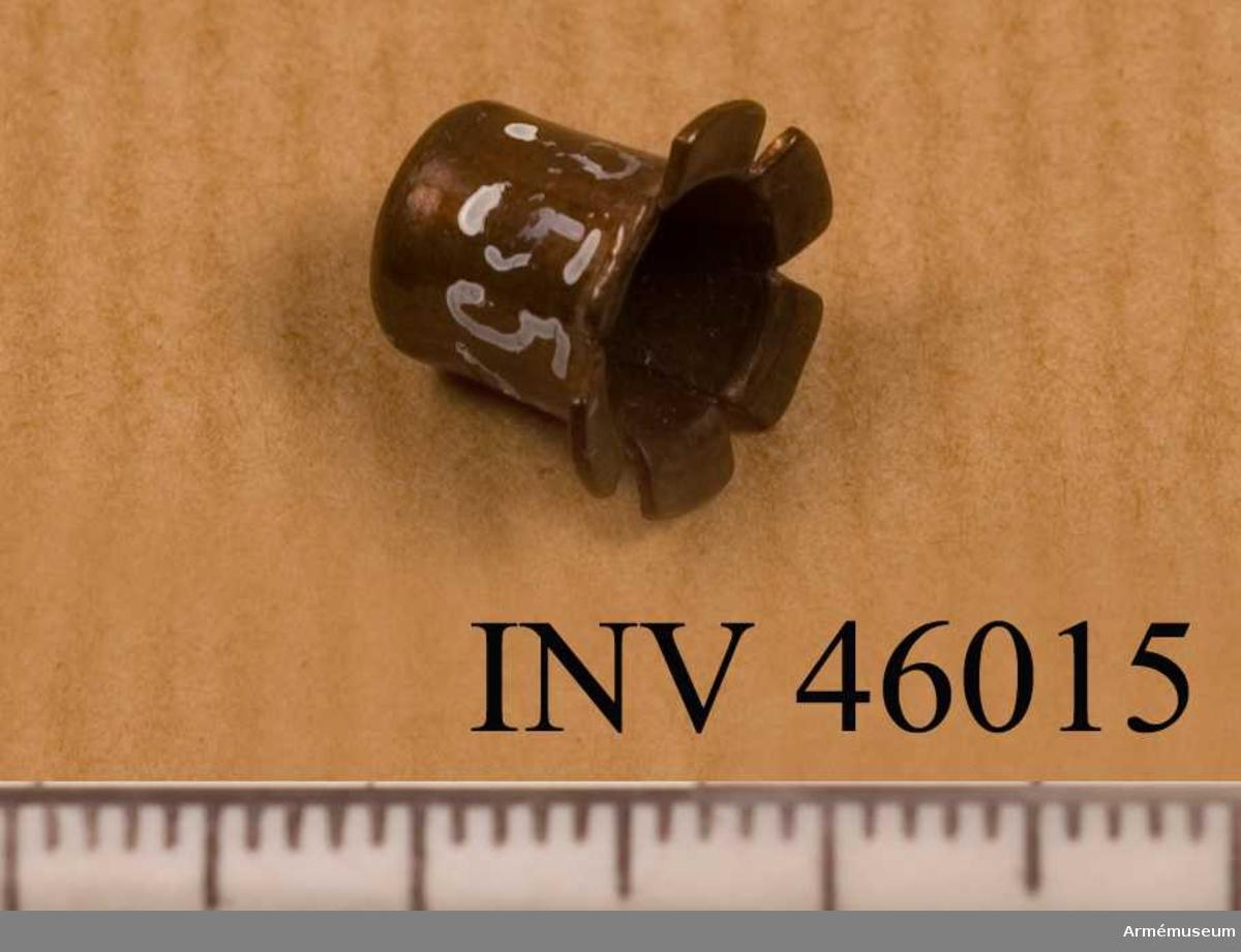 Grupp E V. Tändhatt till norska krigsgevär, England. 1850. BIL  Generalfälttygmästarämbetets skrivelse 11/3 1878, dnr 159. Föremålet är märkt med ett lejon som håller en yxa.