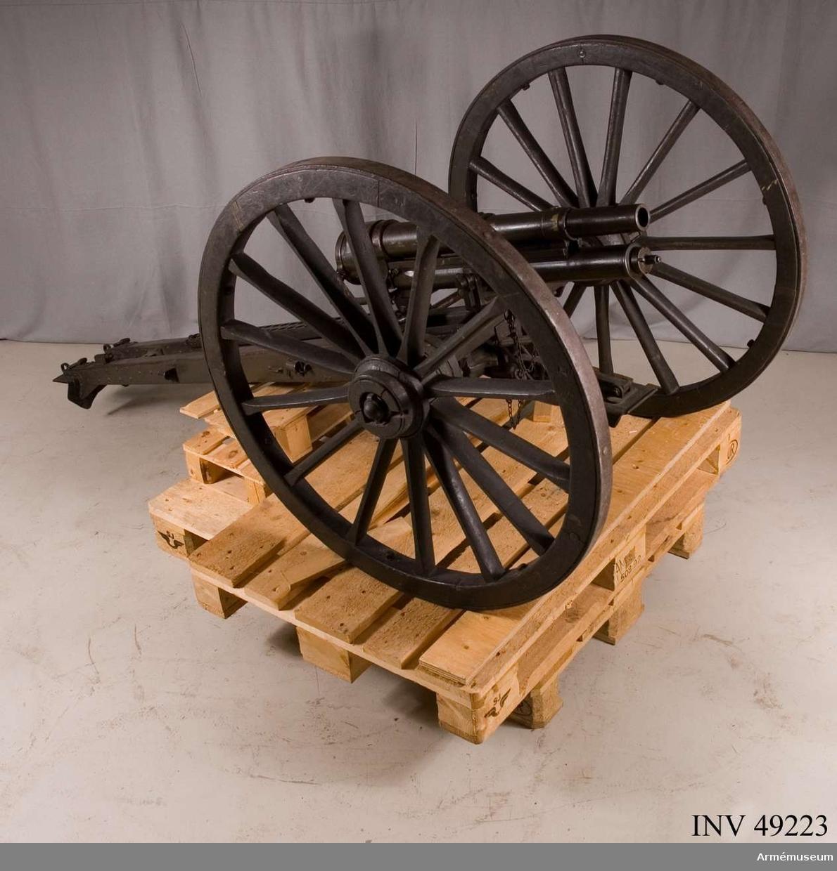 Grupp E X b.    Samhörande med 37 mm infanterikanon m/1916 är föreställare,  mynningsfodral, kikarsikte, riktinstrument, fodral till  riktinstrument.