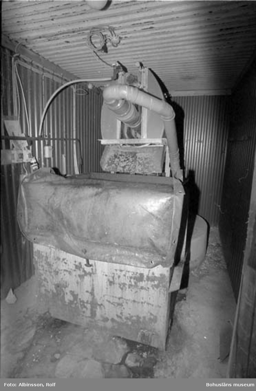 """Enligt fotografens noteringar: """"Detta är ett foto på en så kallad rotoskiver, ett slags reningsverk på Hållöfisk, som filtrerar vattnet. Kort taget torsdagen den 16 november 1995.""""  Fototid: 1995 den 16, 24 november och den 11 december."""