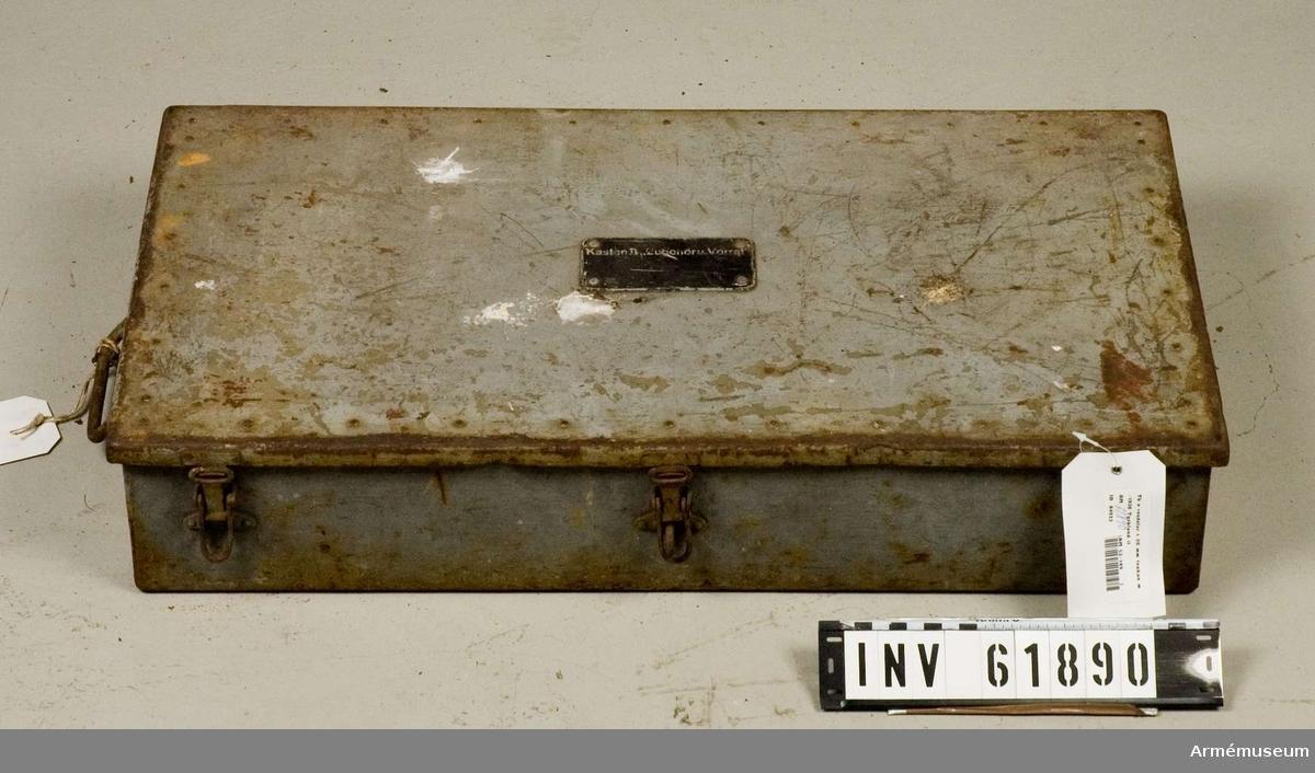Grupp F I.   Tillbehör och reservdelar i Låda II.  I lådan finns bl a 20 st exercispatroner (en saknas).  Samhörande är eldrör, pivålavett och fyra lådor med reservdelar, tillbehör och verktyg.