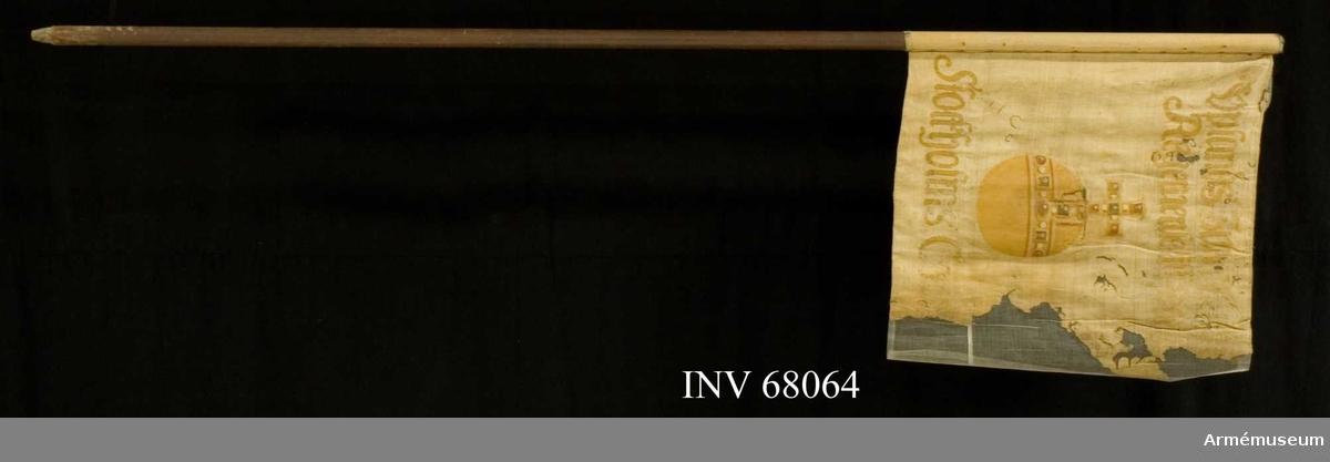 Duk: Tillverkad av enkel vit linnelärft. Fäst vid stången med förtenta järnnaglar på lärftband.  Dekor:  Målad lika på båda sidor, gult riksäpple med stenar i rött och grön. Text i gult.   Stång: Tillverkad av brunmålad furu.