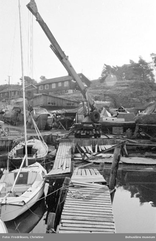 """Motivbeskrivning: """"Nilssons Båtbyggeri, Bojarkilen, Strömstad."""" Datum: """"19800429."""" Riktning: Ö."""