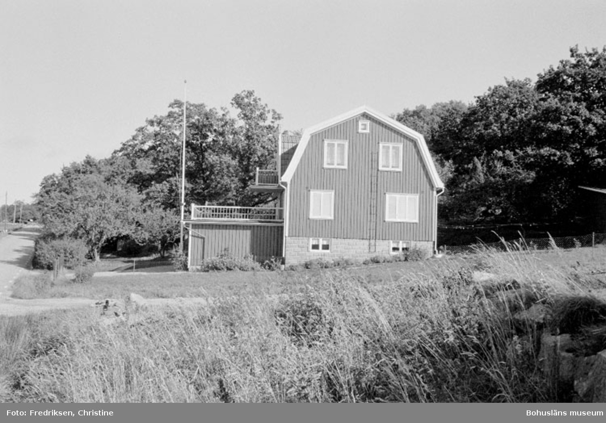 "Motivbeskrivning: ""Båtbyggare Hjalmar Johansson, Lalleröd, Orust. Bostadshus."" Datum: 19800918"