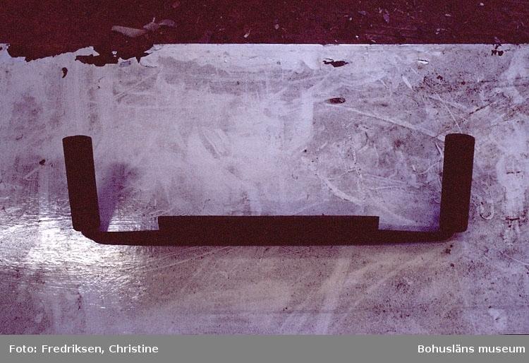 """Motivbeskrivning: """"Båtbyggarverkststad Henry Josefsson, Klöverön, Marstrand. (fotograf: Christine Fredriksen)."""" """"Barkspade (barkkniv). Användes till att barka av rundvirke till master."""" Datum: 1980-09-19."""