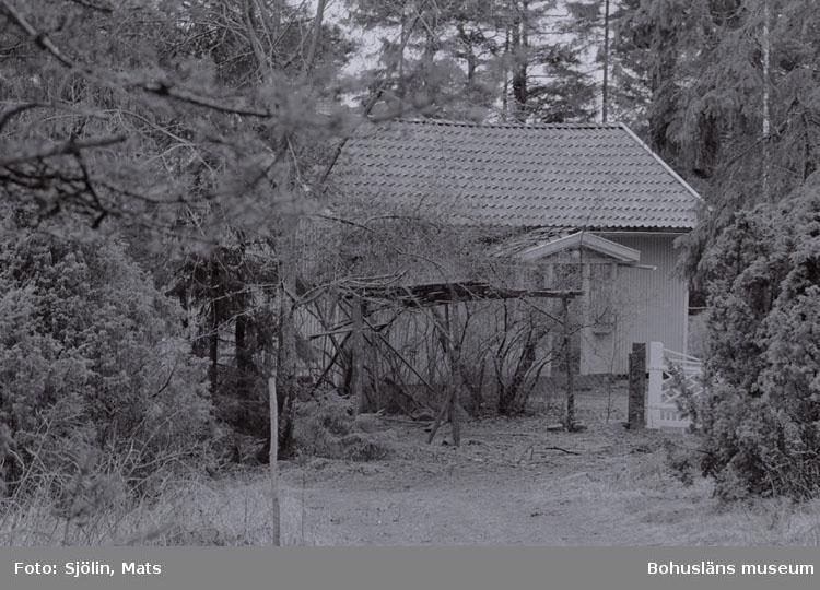 """Bohusläns samhälls- och näringsliv. 2. STENINDUSTRIN. Film: 4  Text som medföljde bilden: """"Förvaltarbostad. April -77."""""""