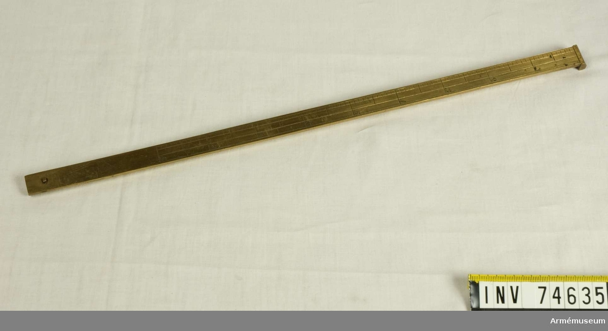 Grupp F:III. Riktinstrument av mässing till 10 tums (25 cm) engelska haubitser av metall. Tillverkad år 1812, England.