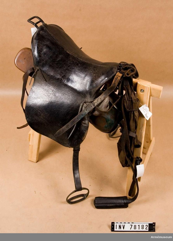Grupp K II.  Sadel m/1867 med sitspruta av lärft, sadelöverdrag av läder, sadelgjord.