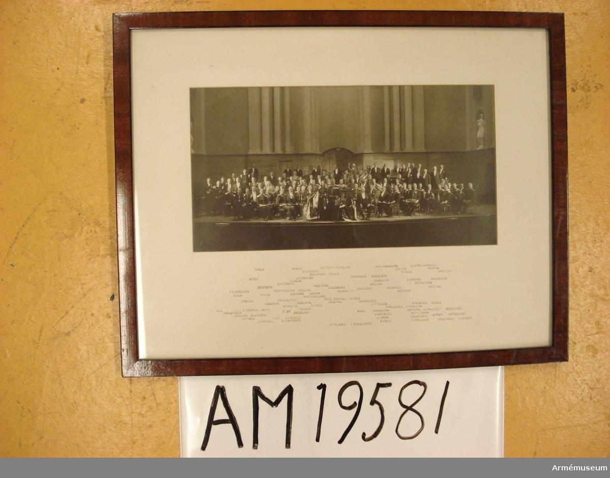 Grupp MI.  Fotografi. Göta Livgardes Musikkår. Troligen foto från konsert. Namn på medlemmarna på passportalen.