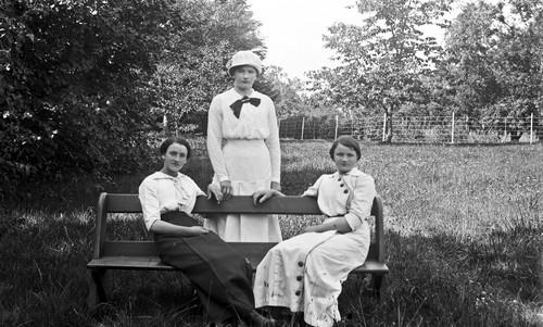 Kvinnor i parken på Torreby