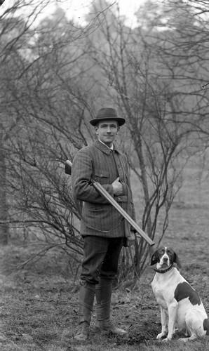 Jägare med bössa och hund