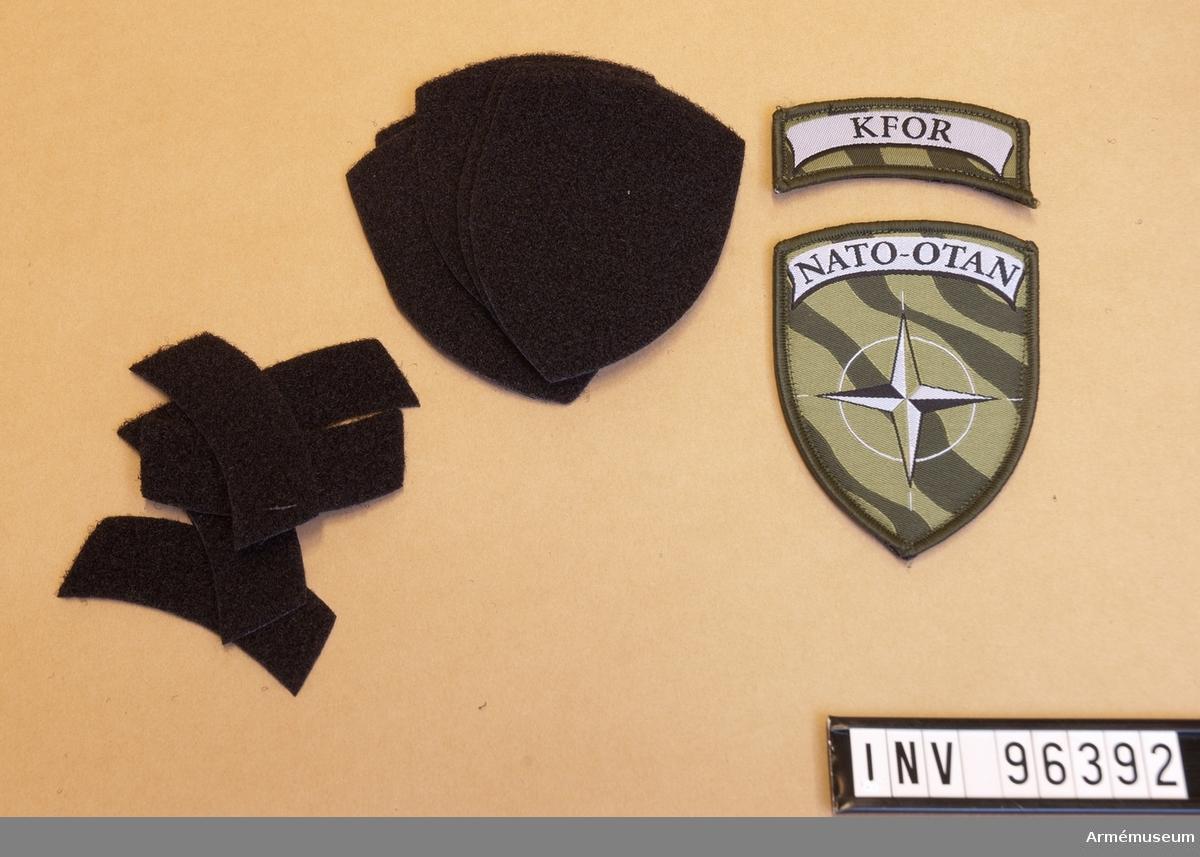 Tygmärke för NATO, KFOR samt 10 stycken kardborremärken för uppfästning.