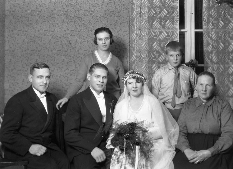 """Uppgift enligt fotografen: """"Uddevalla. Gruppfoto bröllop. Hans Karlsson, Hemmiljö."""""""