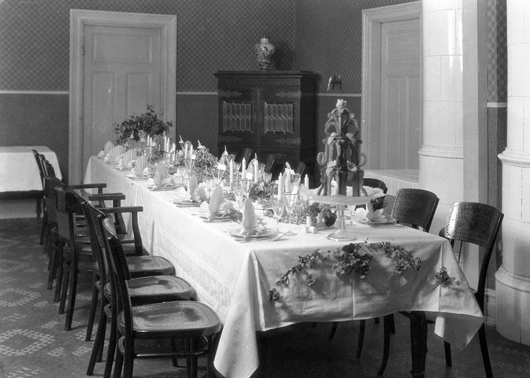 """Uppgift enligt fotografen: """"Uddevalla. Dukat bröllopsbord. Länsträdgårdsmästaren Vikström, Dingle."""""""