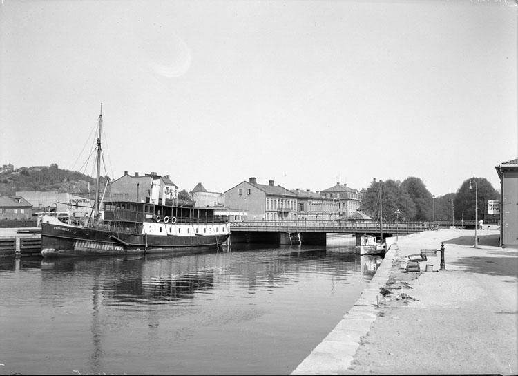 """Uppgift enligt fotografen: """"Uddevalla. Västerbron f. v. Ång. Byfjorden."""""""