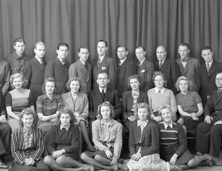 "Uppgift enligt fotografen: ""Uddevalla. Gruppfoto. Grosshandl. J. M. Magnusson""."