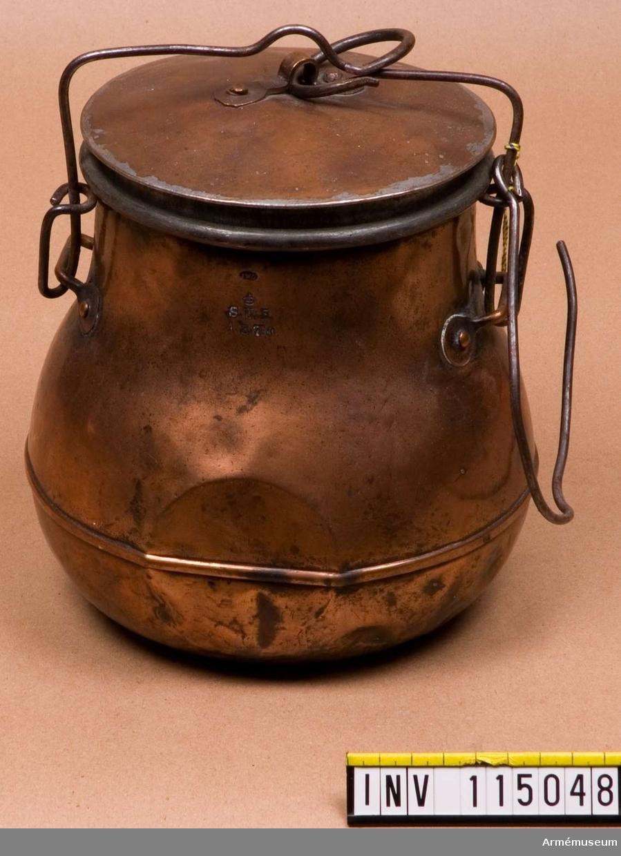 """Kokkärlet stämplat: """"JWG, S.U.F. 1877 a"""". Kokkärlets nedre kant är försedd med en vulst och har flata sidor."""