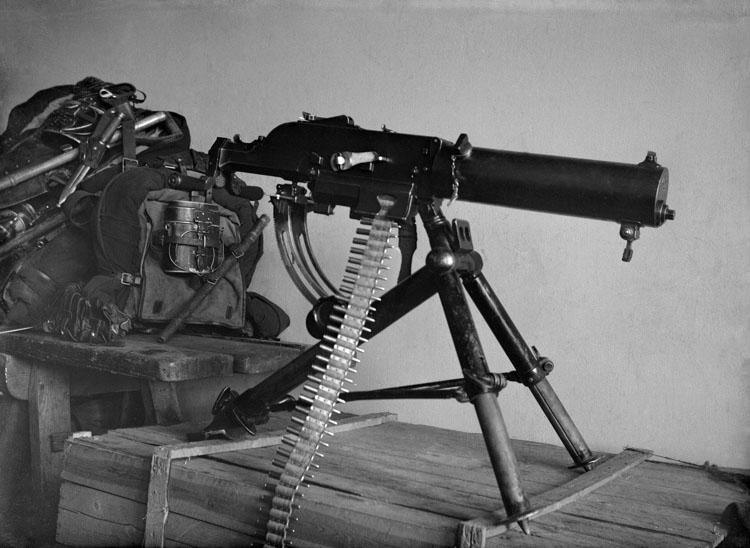 """Enligt senare noteringar: """"En kulspruta taget på Bohusläns regementes kasärner i Uddevalla, 19/6 1915."""""""