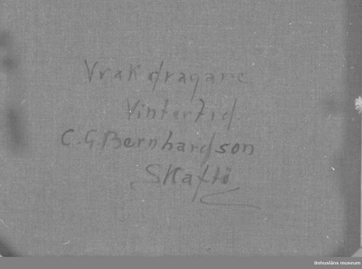 """Montering/ram: RAM, * forts.: Förv. från: för etnologi och folklore.  394 Landskap Bohuslän 594 Landskap Bohuslän  Baksidestext: """"Vrakdragare Vintertid. C.G. Bernhardson SKaftö.""""  Ordförklaring: Vrak = vrakgods.  Litt.: Bernhardson, C.G.: Bouslänska kustbor, Uddevalla, 1983, s. 21.  Titel i boken: Vrag I.  Övrig historik; se CGB001."""