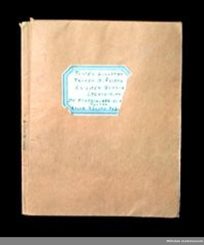 """Tomtesagor och andra sagor av Gerda Ghobé, illustrerade av Maja Synnergren, Gbg, 1934. 15 sidor. Innehåller sagorna: """"Tomten Lilleman"""", """"Fröken Blåsippa"""", """"En liten slarva"""", """"Lyckosvalan"""", """"De förtrollade glasögonen"""" och """"Lille Nisses äventyr"""". Häftet har ett omslag i beige papper, med en etikett med sagornas namn på. Märkt i bläck på kanten av utsidan med: Lille Nisses äventyr."""