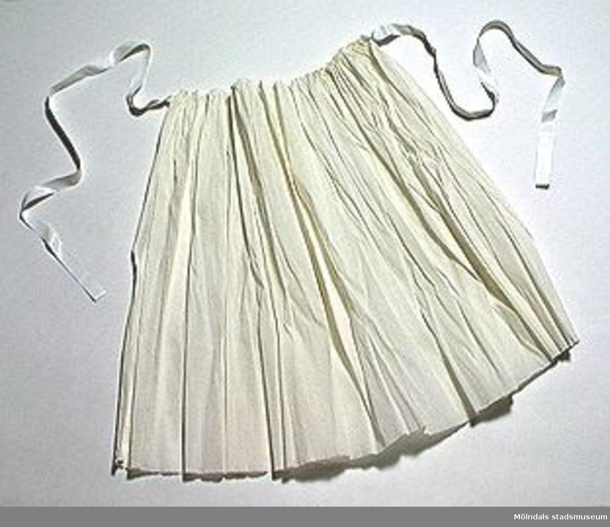Fyra är svartvita, ett är helvitt. Det vita förklädet är 470 mm långt.